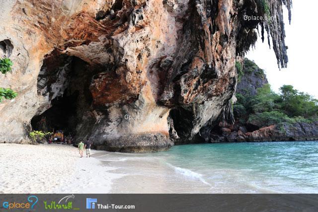 ชายหาดหน้าปากถ้ำพระนาง