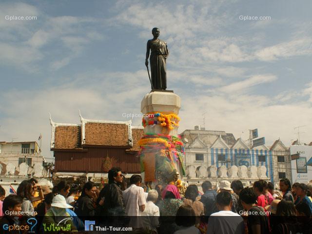Thao Suranari Monument