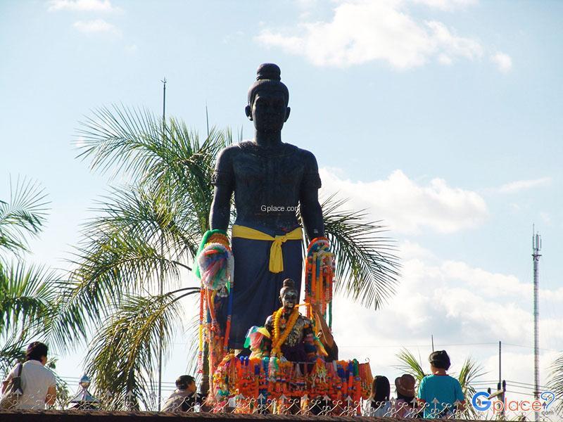 Pho Khun Pha Muang Monument